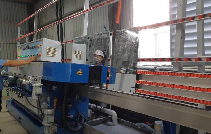 Máy mài vát kính cạnh thẳng FUSHAN tại nhà máy ACHITORINO